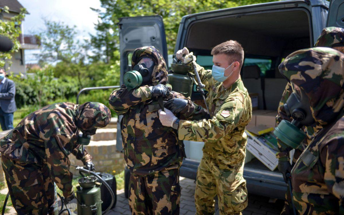 Megelőző fertőtlenítést végeznek a katonák